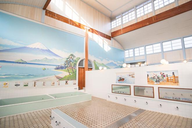 「子宝湯」は東京の銭湯を代表する建物。浴室に描かれた冨士山の画が印象的(足立区千住元町・1929年)。