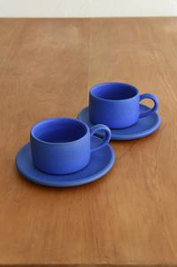 CUP & SAUCER 色鮮やかなブルーのコーヒーカップは、ポートランドの陶芸家ディナ・ノーの作品。 価格:¥7,000/参考上代 (cup) 、5500円/参考上代 (saucer) 、ともに税別