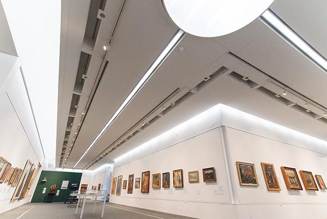 シンプルで白い空間の展示室。開館当時は自然採光であったが、改修で天窓はふさがれ人工照明になった。