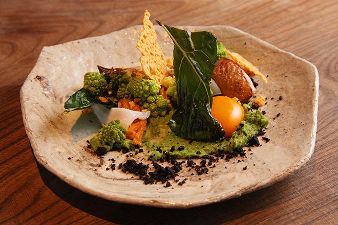 野菜の皿 オレンジ白菜にロマネスコとカリフラワーのピュレの優しいひと皿。 卵黄、ラルド、黒オリーブのパウダーなど、いろいろ混ぜて違う味を楽しめる。