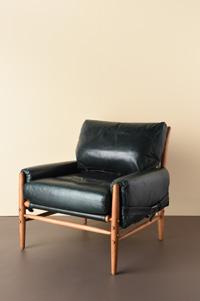 ENGLAND SINGLE SOFA 肌なじみのよいレザーのソファ。こっくりとした深い色合いが大人の渋みを感じさせる。 価格:¥760,000 (税別)