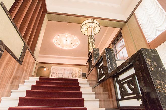 第一階段は、アール・デコらしいジグザグと文様化され、照明柱とともに花のデザインで統一。木目調や金が練り込んだ黒い大理石も見事です。