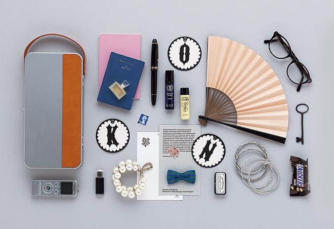 鞄の中で雑然となりがちなスマホなどのバッテリーやイヤホン、メークグッズなどをコンパクトに納めてくれるポーチ。大きな革製の持ち手が存在を示し、使いたいときにすぐに取り出せる。