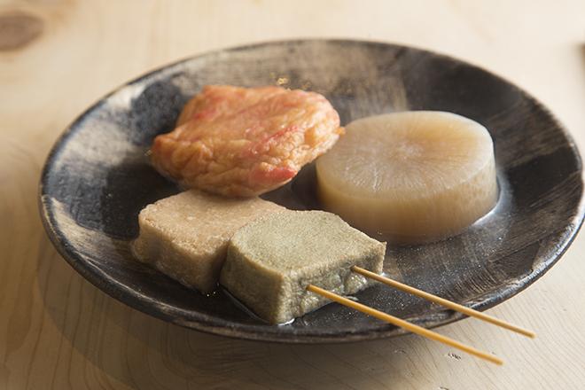 おでん 100円~ 自家製の大ぶりの練り物が美味しいおでん。 チューリップ揚げやトマトなど個性的なタネも。