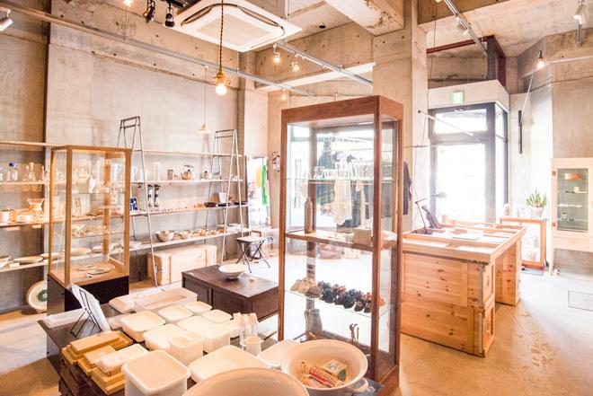 店舗もオーナー自らがデザイン。コンクリートの空間に天然素材のショーケースが並び、商品同様にシンプルで上質な雰囲気です。