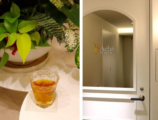 (左)施術の後は漢方茶、フルーツ酢、ショウガハチミツから好きなドリンクを飲んでひと休み。小顔矯正ではメイクは落とさないけれど、パウダールームでメイク直しもできる。 (右)エレベーターを降りて右の白い扉が、、隠れ家サロン「Aché by style m」の入口。