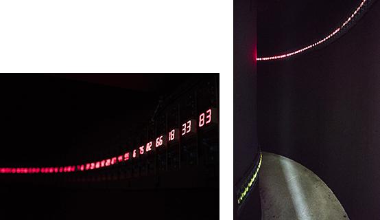 宮島達男氏の『時の連鎖』。細いカーブのユニークな空間を活かして、暗闇に光るデジタルカウンターは、まるでタイムトンネルのよう。