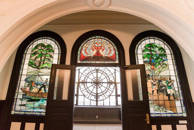 横浜市開港記念会館2階広間の、開港当時を描いたステンドグラス(呉越同舟/鳳凰/箱根越え)。