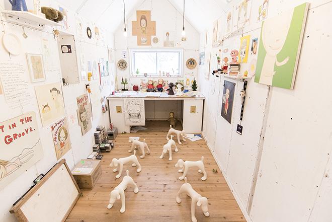 奈良美智氏の『My Drawing Room』。アトリエが作品になっています。