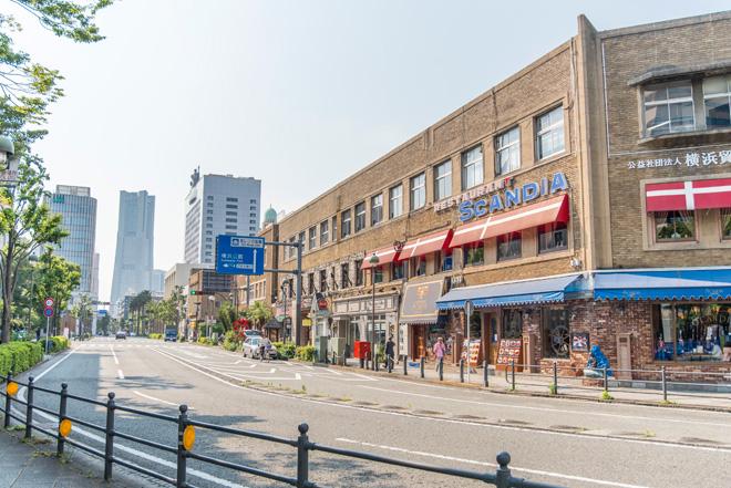 茶褐色のレンガが美しい横浜貿易会館。北欧料理SCANDIAは、大さん橋交差点の名物レストラン。