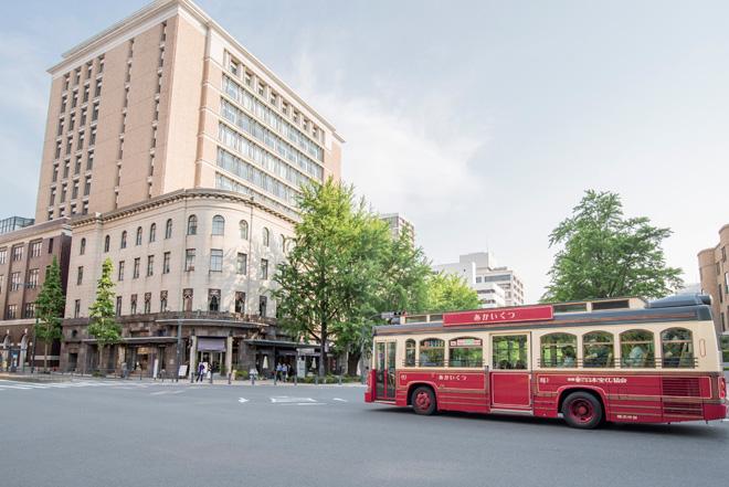 ベイサイドエリアを巡る周遊バス「あかいくつ」号と横浜情報文化センター(旧横浜商工奨励館)。
