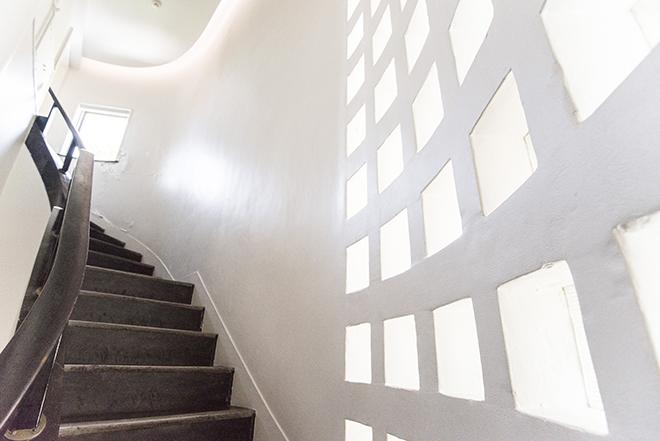 真っ白な館内。私邸であったため、採光も抜群。小さく並ぶ四角い窓が可愛らしい。
