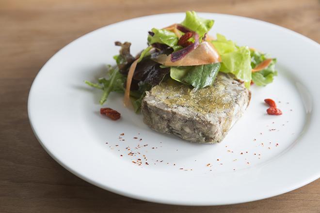 パテ ド カンパーニュ 1,650円 パリ本店のレシピそのままという食べ応えのあるパテ。 豚レバーを入れているので濃厚な味わいがある。