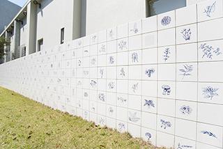 草花やキノコが描かれた白いタイルが特徴の『空想の万能薬』/アドリアナ ヴァレジョン 2007年(一部)