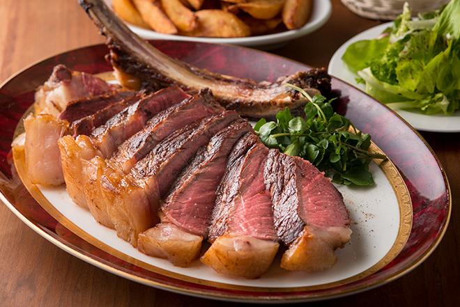 パリ セヴェロのスペシャリテ  熟成骨付きリブロース約1.2㎏を30分じっくりと… 22,000円 フランスらしい豪快な骨付きのリブロース。絶妙な火入れ加減と 肉そのものの味をしっかりと味わいたい。2人前。