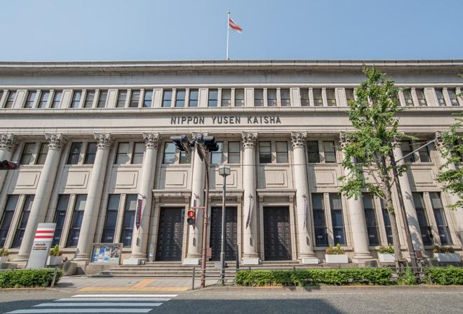 古代ギリシャ建築のような円柱が特徴の日本郵船歴史博物館。