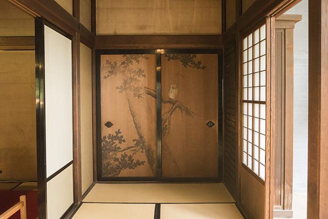 日常生活の場として使用された和館。明治時代を代表する日本画家・橋本雅邦による障壁画が現存している。