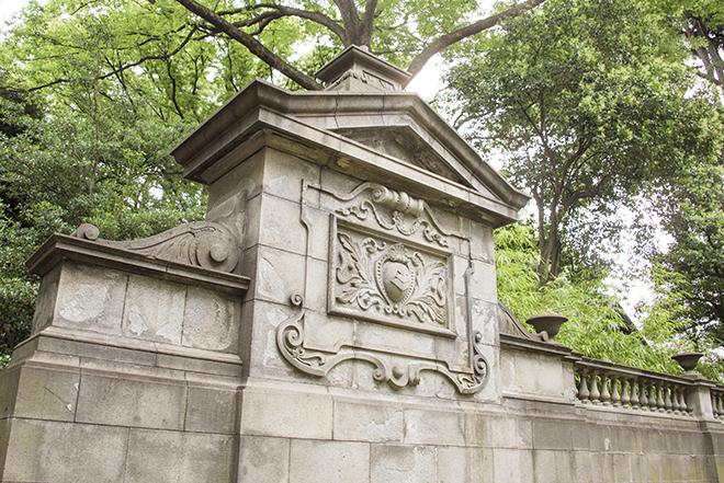 昭和44年に国の重要文化財に指定された、洋館東脇の袖塀。