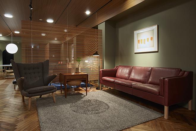 ヴィンテージ家具、インテリア小物、絵画など、デンマークデザインが生み出す上質な空間ごと楽しめるラインナップ。