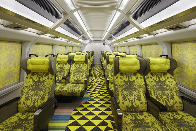 """指定席車両の11号車。松本尚が """"触れられるアート""""として、シートやカーペット、カーテンなどをトータルでコーディネート。"""