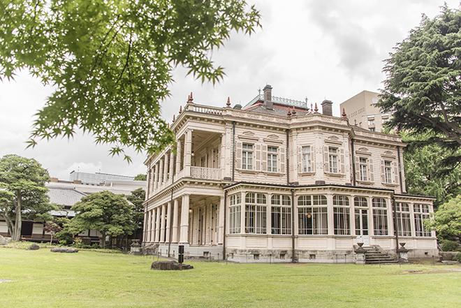 芝庭に面した外観。旧岩崎邸庭園は、江戸時代には越後高田藩の屋敷があったところ。一部には大名庭園の名残も残されている。