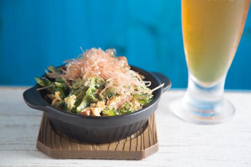 ゴーヤチャンプルー 690円 アツアツの器でサービスされる沖縄といえばの代表メニュー。 ゴーヤ、卵、島豆腐、ポークが入っている。
