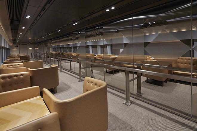 12号車は、小牟田悠介が制作。鏡面ステンレスを一面に配し、窓の外を流れる景色や光、乗客を含めた空間全体がアートとなる。