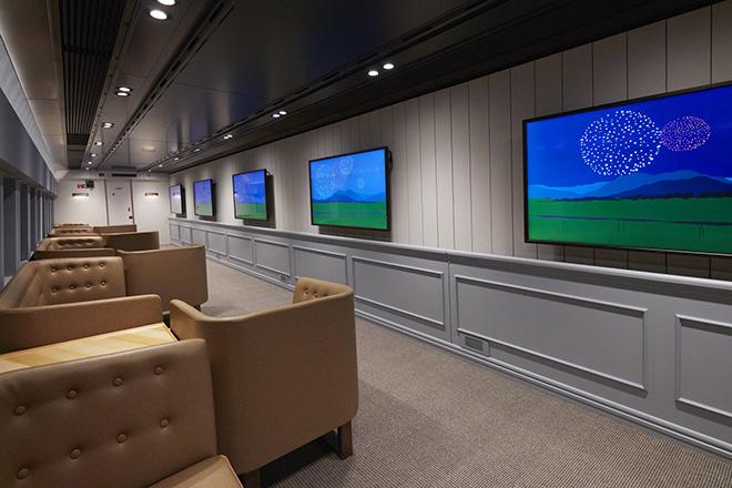 壁面に液晶画面を設置した16号車。新潟の地形、土地の豊かさを表現したブライアン・アルフレッドのアニメーションを鑑賞できる。