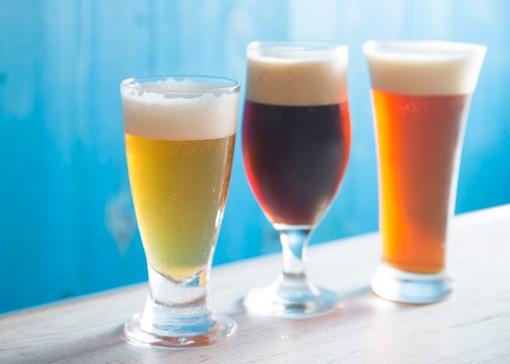 左から「ニヘデビールソフト」、「ブラックエール」、「ニヘデビールハード」 各490円(レギュラー)。のど越しがいいソフト、ホップの苦みが効いたハード、 香ばしいブラックエールはそれぞれ料理に合わせてみたい。