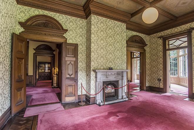 壁の金唐革紙がエキゾチックな2階客室。