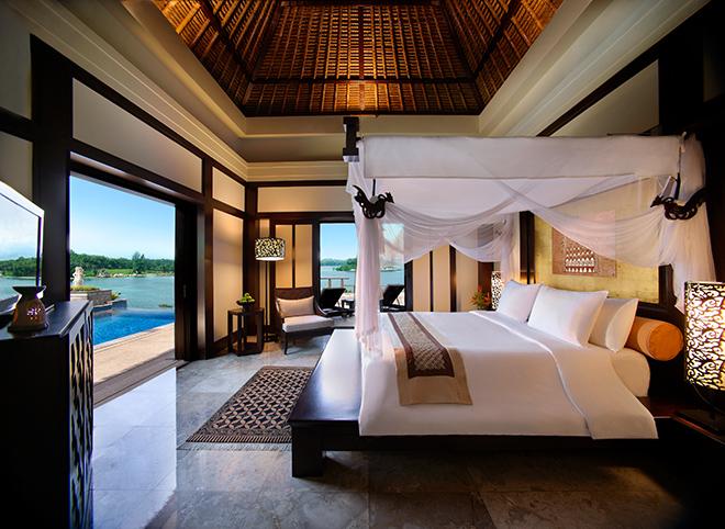 ヴィラ内はインドネシアの伝統的なバティック染めとバリ風の家具が並べられ、アース系の色調で統一されたエレガントなインテリアが魅力。