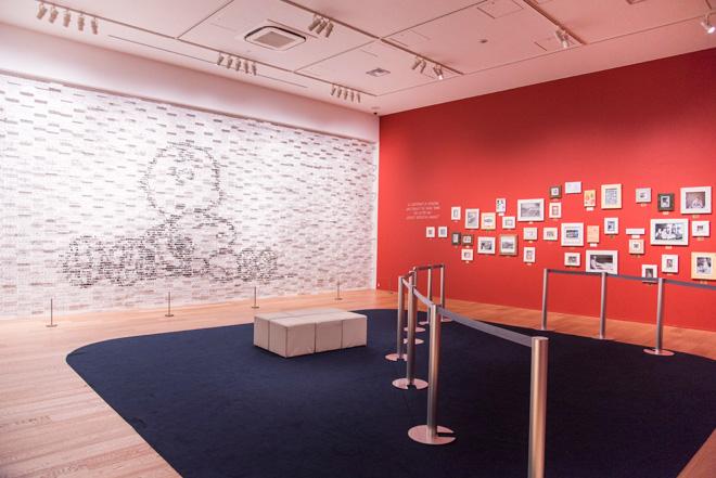 左壁面はアート作品「3Dピーナッツ」。本家カリフォルニアのシュルツ美術館の建設やアート作品を手がけたアーティスト大谷芳照氏によるもの。