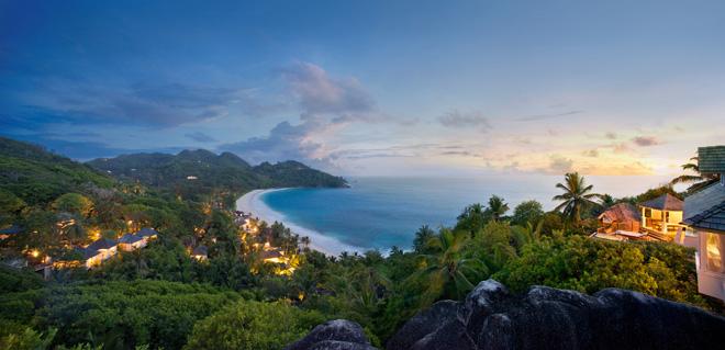 インテンダンス湾の純白のビーチを眼下に望み、風光明媚な丘の上に建つバンヤンツリー・セイシェル。