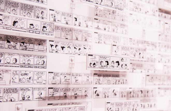 1951~1975年に描かれたコミックを立体的に展示。シュルツ美術館の広間に飾られたコミックからなるアート作品に呼応しています。