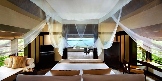 天蓋付きのベッドから蒼い海を眺める優雅なリゾートライフ。