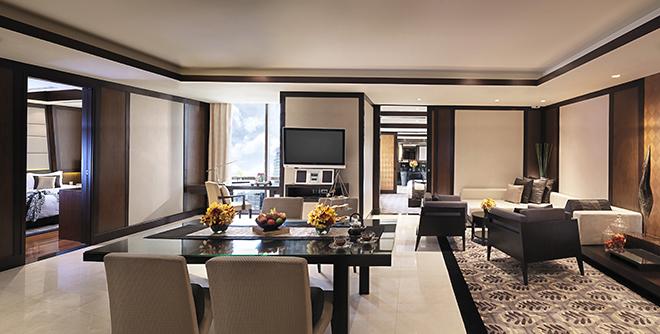 2ベッドルームをそなえたスイート。バンコクの安息と刺激を感じられる空間で、最上級のステイを堪能したい。