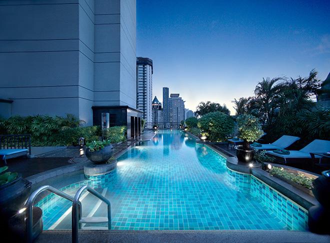 プールからはバンコクの最先端を眺められる。高層ビルを眺めながら泳ぐのもオツなもの。