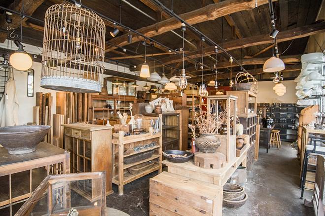 「DEMODE福中」は、大正から昭和期に製造された日本製家具や照明などを取り扱っています。
