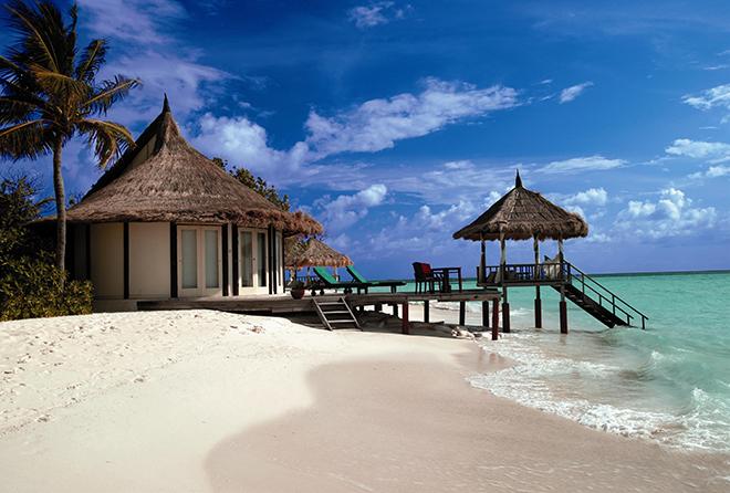 小さな島の白砂のビーチに面した隠れ家的な趣のヴィラ。潮の薫りに包まれながら、自然との一体感を味わい尽くせる。