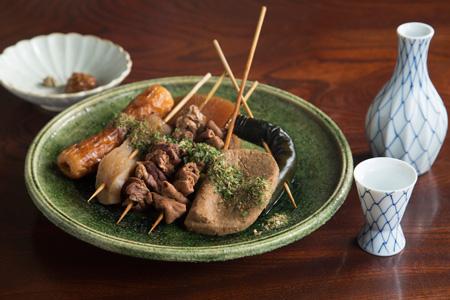 静岡おでん おまかせ盛り合わせ 1,200円 黒はんぺん、牛すじなどが入り、串にささっているのが 静岡おでんの特徴。魚粉と青のりをかけるのもお約束。