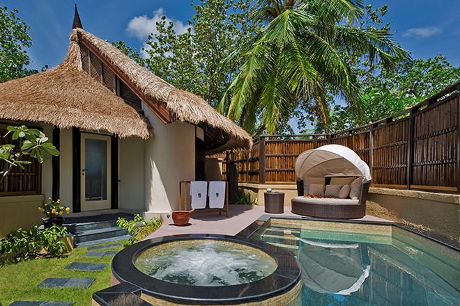 プール・ヴィラのプライベートプールとジャグジー。リビングルームのようにゆったりとした洗練の空間。