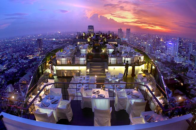 一生忘れられないような絶景を楽しめる屋上61階のダイニング&バー「Vertigo and Moon Bar(ヴァーティゴ&ムーンバー)」。人気なので予約必須だ。