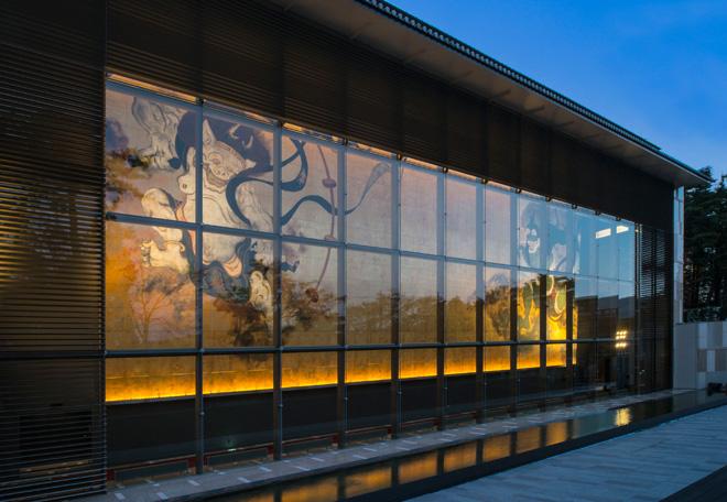岡田美術館外観。正面には高さ12m、長さ30mもの風神・雷神の大壁画、「風・刻(かぜ・とき)」(福井江太郎)が待ち受ける。
