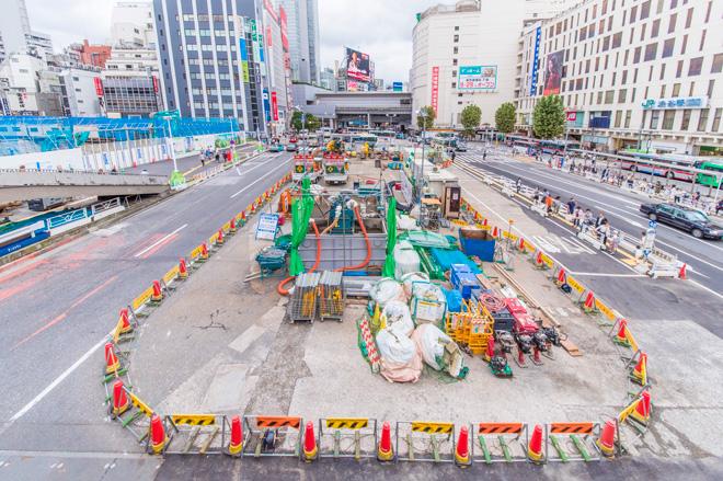 渋谷駅西側も大工事中。渋谷駅の東側と西側をつなぐ駅ビルが完成予定。
