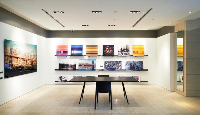 1階のショップには若手から著名なフォトグラファーの作品まで、約2000枚を陳列。9テーマにカテゴリー分けされ、気にいった写真を自由に探すことができる。Photo:Shinichi Ichikawa