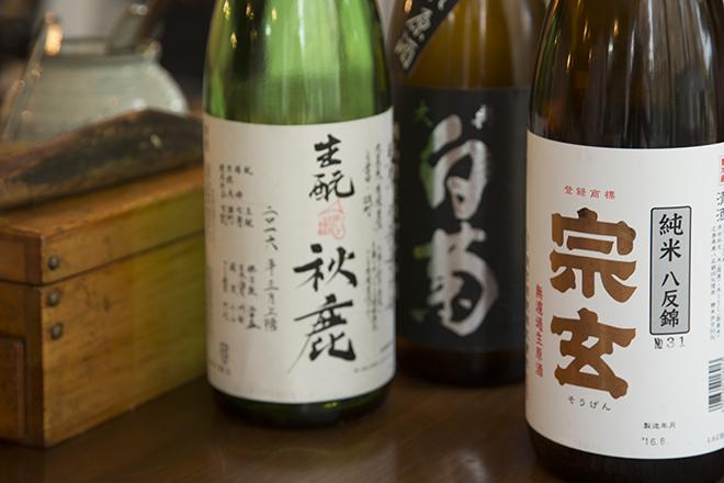 日本酒は食中酒向きのものを中心に様々なタイプをバランスよく揃えている。一合700円~、半合500円~
