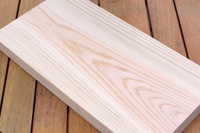 「伝説のひのき」と呼ばれる、高知県産の「四万十ひのき」でつくられた一枚板のまな板。