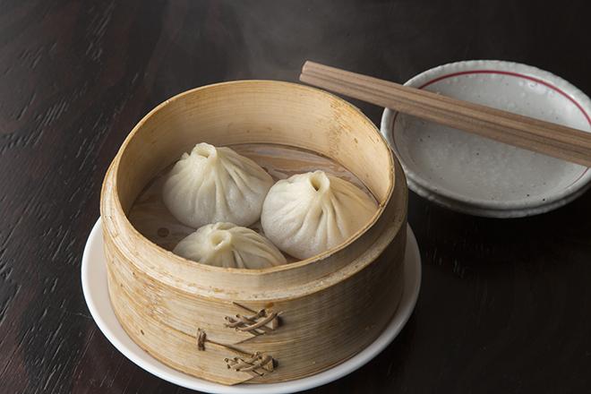 ラム肉小籠包 700円(3個) スパイスが香る小籠包はとても印象的。熱々 のスープに気を付けて。