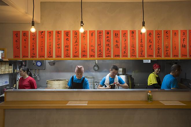 オープンキッチンの湯気が上がる蒸し器や料理 人が鍋をふるう姿は眺めるだけでも美味しそう。