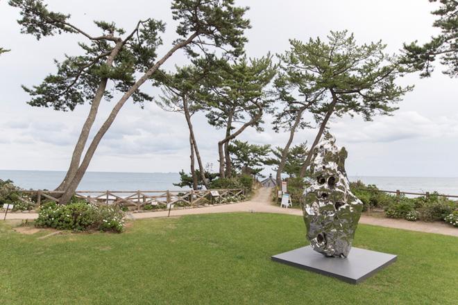 ジャン・ワンのメタリックな岩の作品が海と松林にマッチ。岡倉天心は「東洋のバルビゾン」と称し、五浦の邸宅を創作活動の拠点にしました。